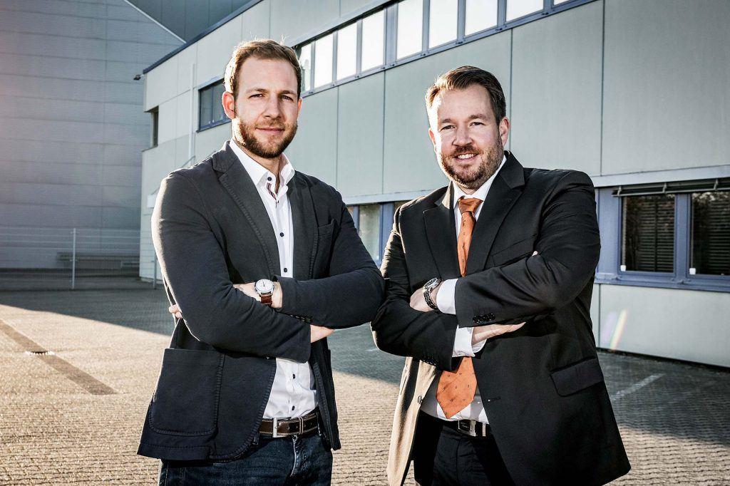 Julian Cremer und Christopher Cremer vor dem HCR Gebäude